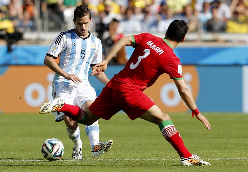 El centrocampista argentino Fernando Gago (i) con el balón ante el centrocampista iraní Ehsan Haji Safi. EFE