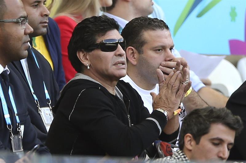 El astro del fútbol argentino Diego Armando Maradona (c) asiste al partido Argentina-Irán, del Grupo F. EFE