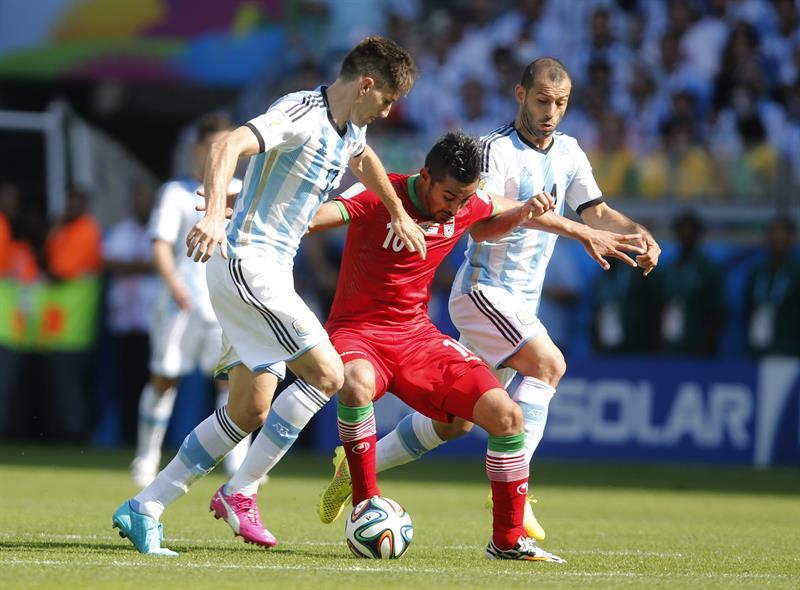 El defensa argentino Federico Fernández, durante el partido Argentina-Irán, del Grupo F del Mundial . EFE