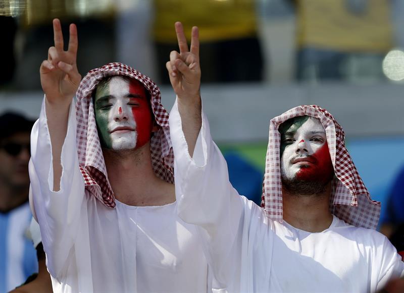 Aficionados de la selección iraní antes del partido Argentina-Irán, del Grupo F del Mundial de Fútbol de Brasil. EFE