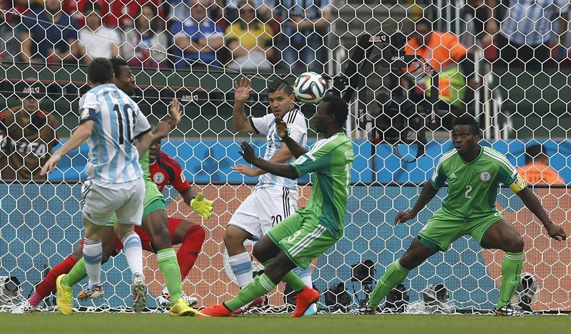 El delantero argentino Lionel Messi (i) lanza marcando gol ante Nigeria, el primero del equipo, durante el partido Nigeria-Argentina. Foto: EFE