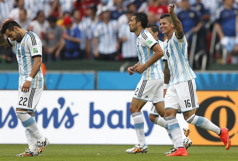 El defensa argentino Marcos Rojo (d) celebra el gol marcado ante Nigeria, el tercero del equipo. Foto: EFE