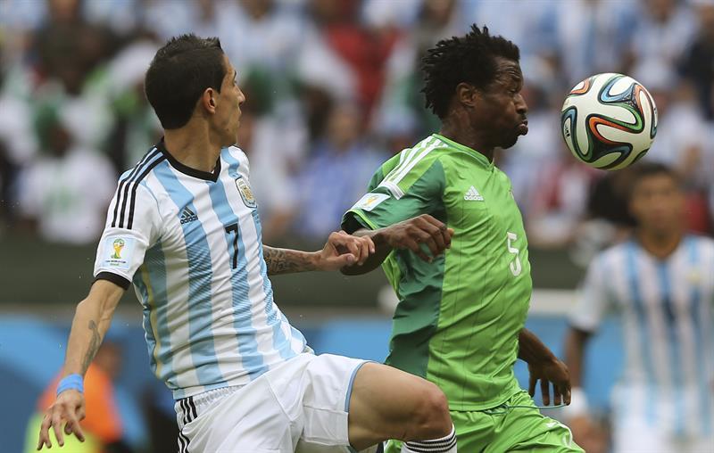 El defensa nigeriano Efe Ambrose (d) controla el balón ante el centrocampista argentino Ángel di María. Foto: EFE