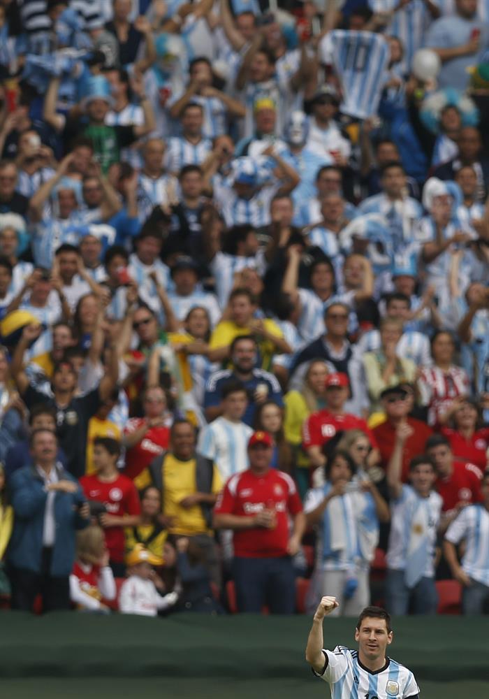 El delantero argentino Lionel Messi celebra el gol marcado a la selección nigeriana durante el partido Nigeria-Argentina. Foto: EFE