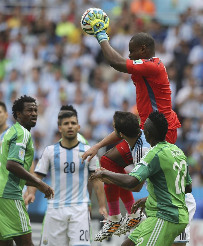 El guardameta nigeriano Vincent Enyeama (d) atrapa el balón ante el delantero argentino Gonzalo Higuaín (2d), durante el partido Nigeria-Argentina. Foto: EFE