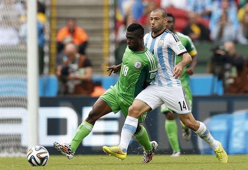 El delantero nigeriano Michael Babatunde (i) y el centrocampista argentino Javier Mascherano, durante el partido Nigeria-Argentina. Foto: EFE