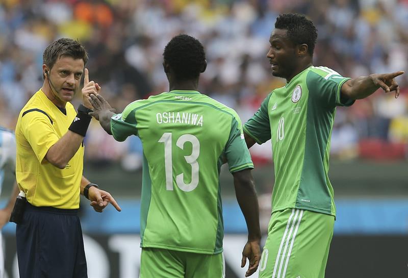 El árbitro italiano Nicola Rizzoli (i) ante los jugadores de Nigeria, Juwon Oshaniwa (c) y John Obi Mikel (d), durante el partido Nigeria-Argentina. Foto: EFE