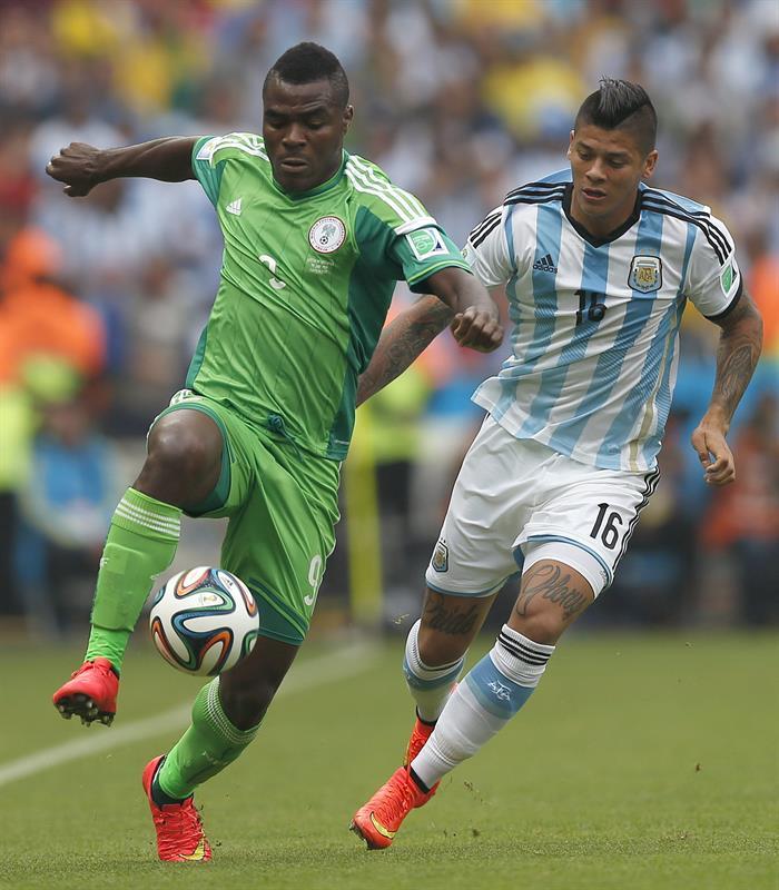 El delantero nigeriano Emmanuel Emenike (i) y el defensa argentino Marcos Rojo (d) , durante el partido Nigeria-Argentina. Foto: EFE