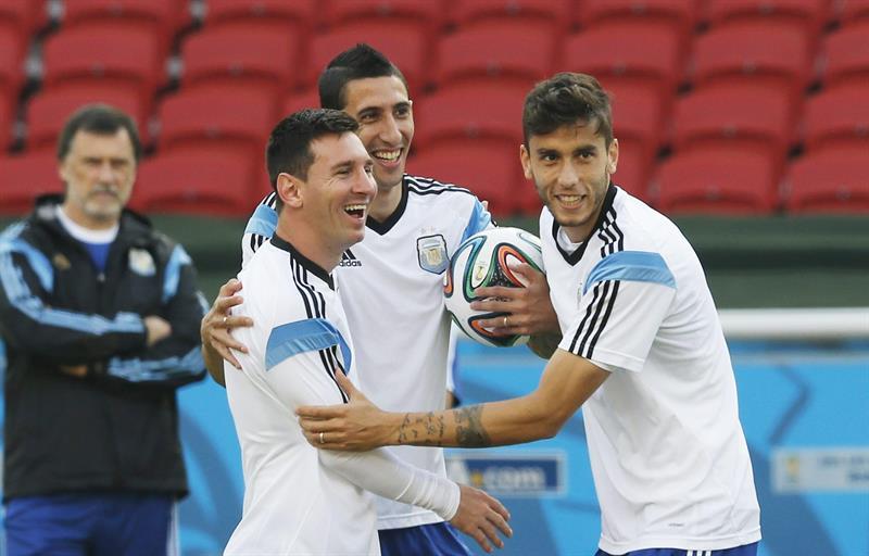 Leo Messi cumplió 27 años de grandeza futbolística, así lo celebró en el entrenamiento con la Albiceleste. Foto: EFE
