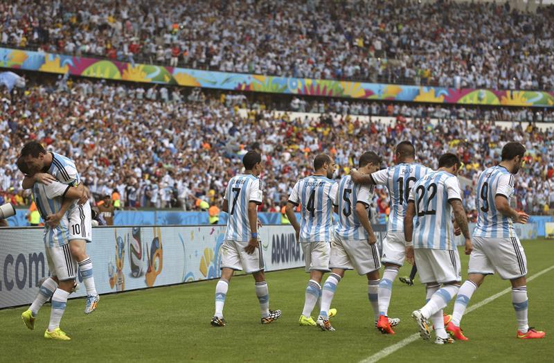 El delantero argentino Lionel Messi (2i) celebra con varios compañeros el segundo gol marcado a la selección nigeriana. Foto: EFE