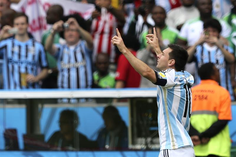 El delantero argentino Lionel Messi celebra el gol marcado ante la selección nigeriana durante el partido Nigeria-Argentina. Foto: EFE