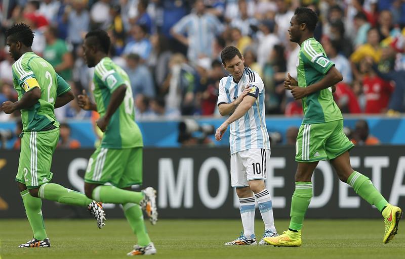 Los jugadores de Nigeria celebran el gol marcado por su compañero Ahmed Musa, ante Argentina. Foto: EFE