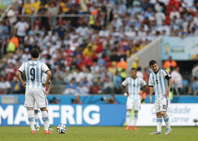 El delantero argentino Gonzalo Higuaín (i) y su compañero Lionel Messi (d), durante el partido Nigeria-Argentina. Foto: EFE