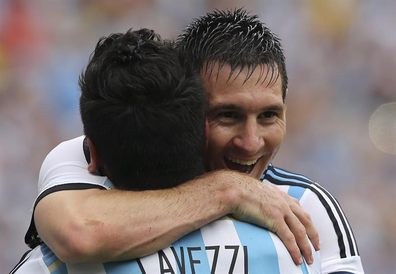 El delantero argentino Lionel Messi (i) celebra con su compañero, el delantero argentino Ezequiel Lavezzi. Foto: EFE