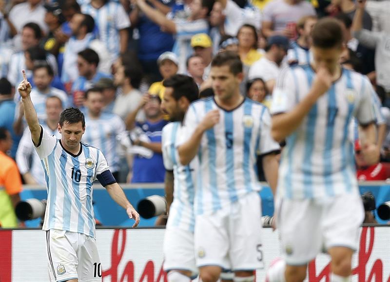 El delantero argentino Lionel Messi celebra el segundo gol marcado a la selección nigeriana, durante el partido Nigeria-Argentina. Foto: EFE