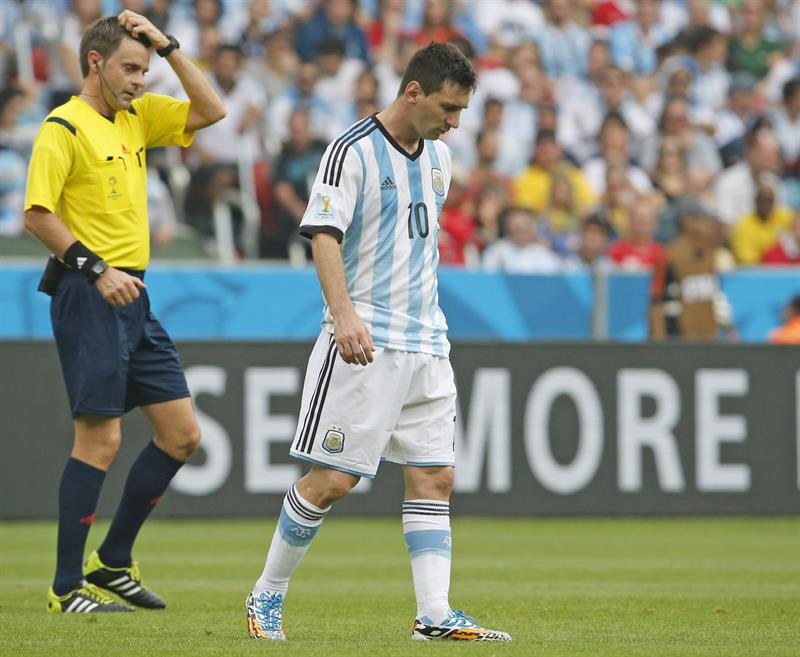 Italian referee Nicola Rizzoli (L) scratches his head next to Argentina's Lionel Leo Messi during the FIFA World Cup 2014. EFE