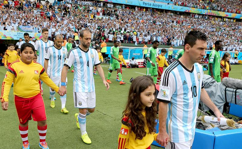 Lionel Messi (R) of Argentina and teammates enter the pitch prior to the FIFA World Cup 2014 group F. EFE