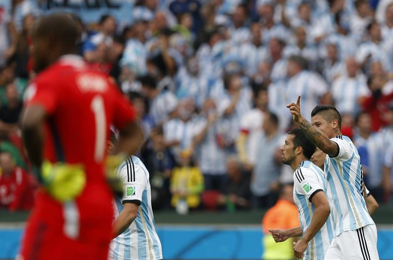 El delantero argentino Ezequiel Lavezzi (i) controla el balón ante el centrocampista nigeriano Ogenyi Onazi, durante el partido Nigeria-Argentina. Foto: EFE