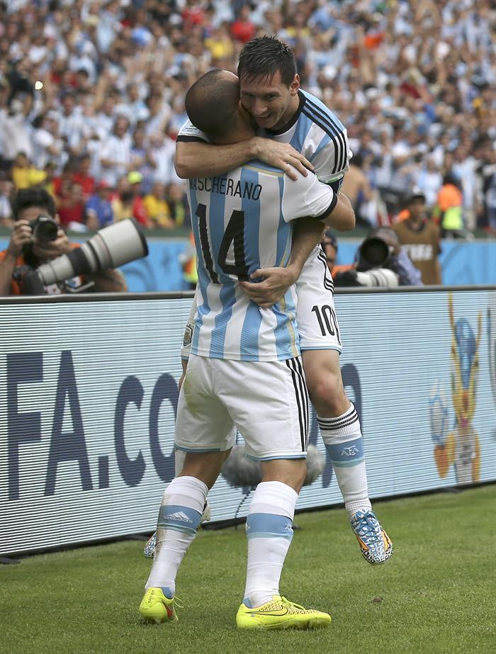 El delantero argentino Lionel Messi (d) celebra con su compañero Javier Mascherano (i) el segundo gol que ha marcado a la selección nigeriana. Foto: EFE