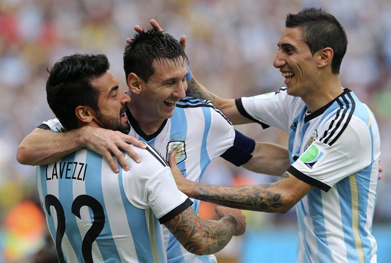 El delantero argentino Lionel Messi (c) celebra con su compañero, el delantero argentino Ezequiel Lavezzi (i) y el centrocampista argentino Ángel di María. Foto: EFE