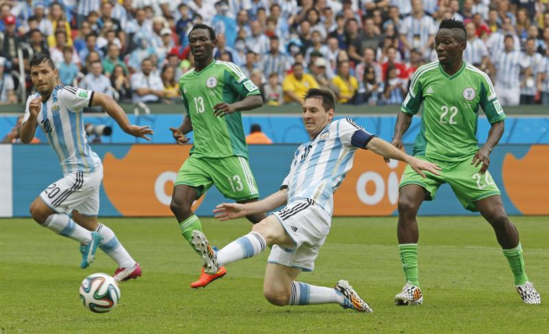 Argentina's Lionel Leo Messi (C) and Nigeria's Kenneth Omerou (R) and Juwon Oshaniwa (2-L) vie for the ball during the FIFA. EFE
