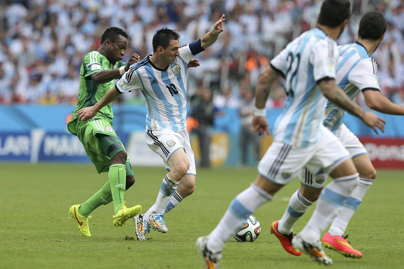 El delantero argentino Lionel Messi (2i) con el balón ante el centrocampista nigeriano Ogenyi Onazi, durante el partido Nigeria-Argentina. Foto: EFE
