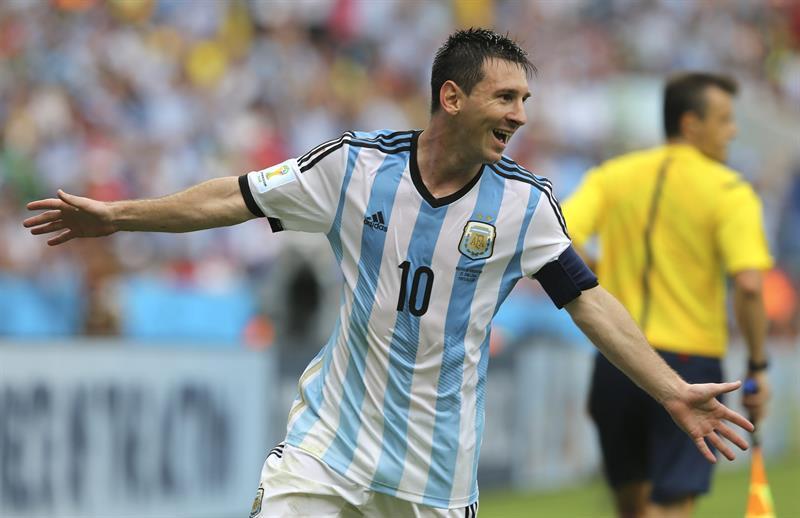 El entrenador, Alejandro Sabella, celebra el segundo gol marcado por el delantero argentino Lionel Messi durante el partido Nigeria-Argentina. Foto: EFE