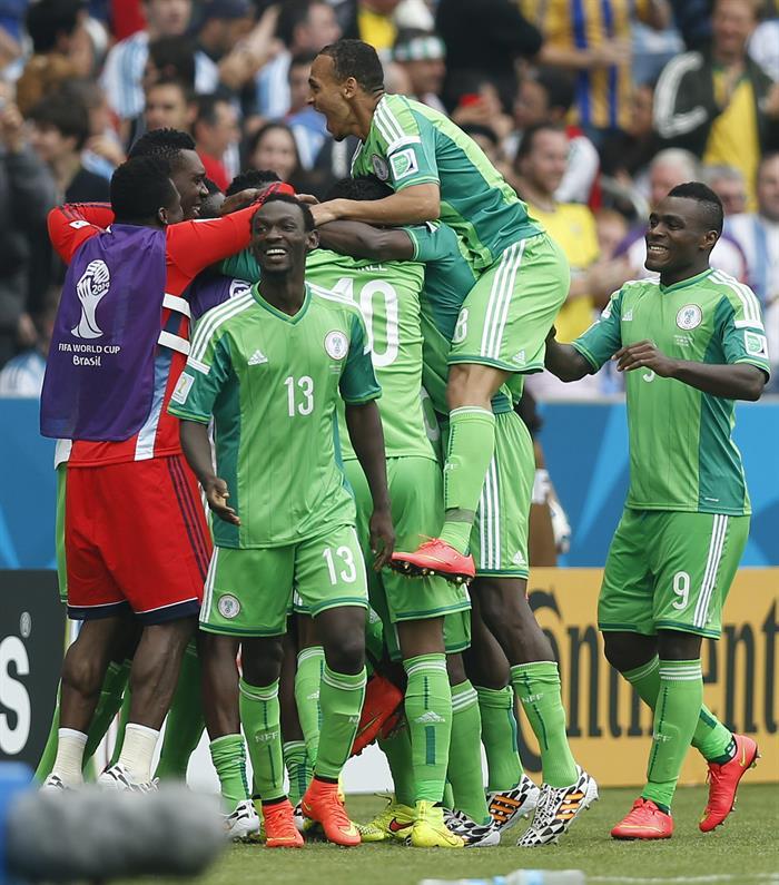 Los jugadores de Nigeria celebran el segundo gol marcado ante Argentina, por su compañero, delantero nigeriano. Foto: EFE