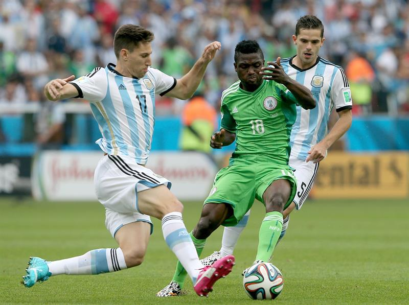 Federico Fernandez (L) of Argentina vies with Michael Babatunde of Nigeria during the FIFA World Cup 2014 group F. EFE