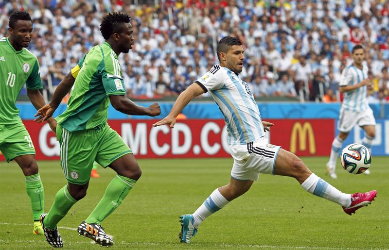 Argentina's Sergio Kun Aguero (R) and Nigeria's Joseph Yobo (L) vie for the ball during the FIFA World Cup 2014 group F. EFE
