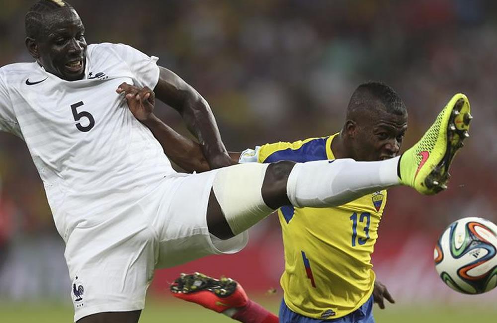 El defensa francés Mamadou Sakho (i) lucha un balón con el delantero ecuatoriano Enner Valencia. Foto: EFE
