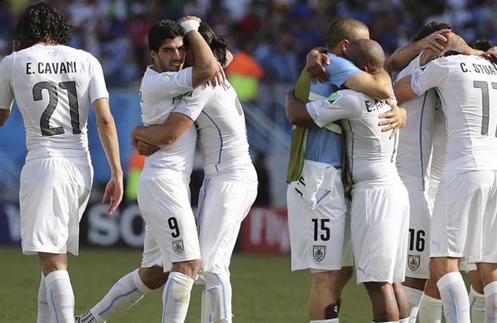 Los jugadores uruguayos celebran la victoria ante Italia. Foto: EFE