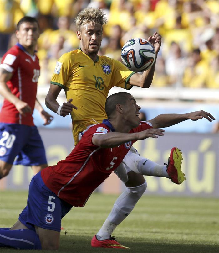 El centrocampista chileno Francisco Silva (i) y el delantero brasileño Neymar luchan por el balón. Foto: EFE