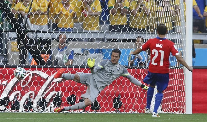 El centrocampista chileno Marcelo Diaz, en la tanda de penaltis, logrando gol. Foto: EFE