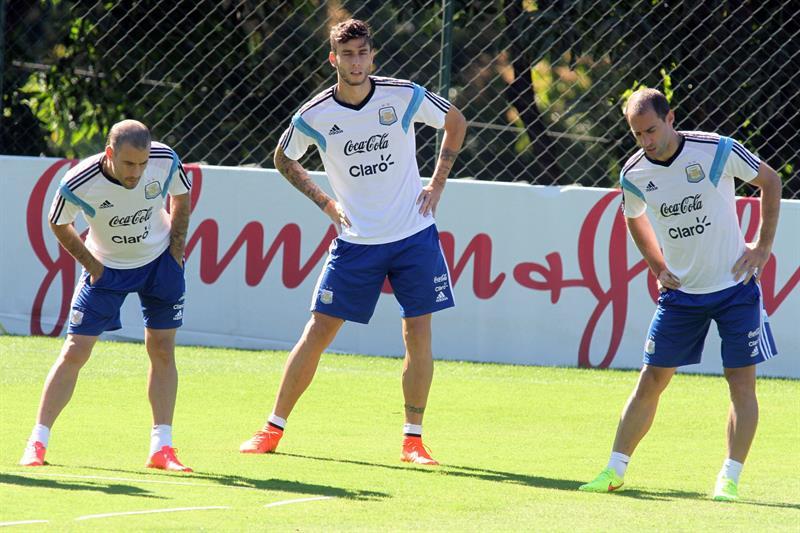 Los jugadores de la selección Argentina Rodrigo Palacio (i), Ricardo Álvarez (c), y Pablo Zabaleta (d). EFE