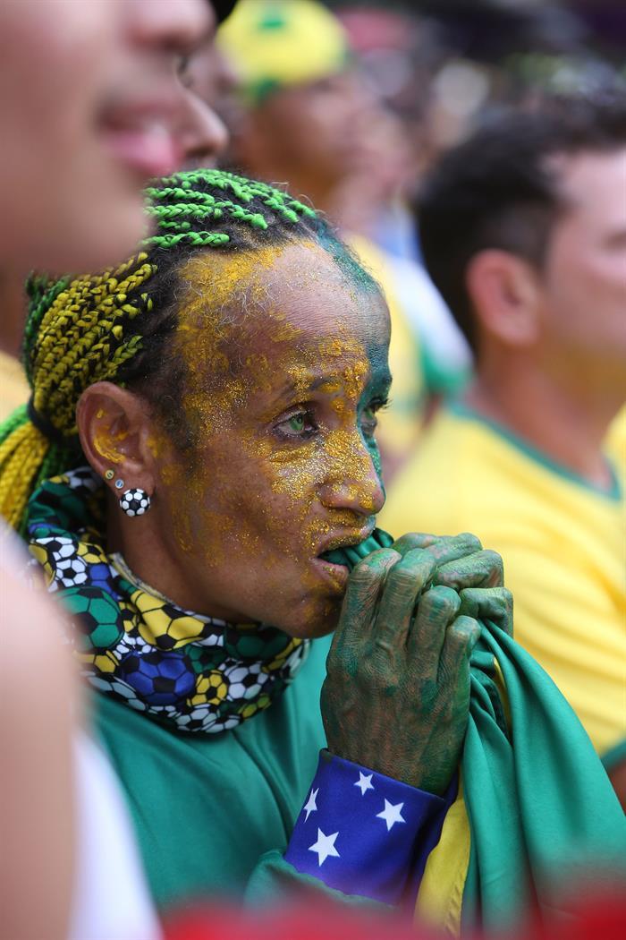 Hinchas de la selección de Brasil reaccionan durante el juego de su equipo. Foto: EFE