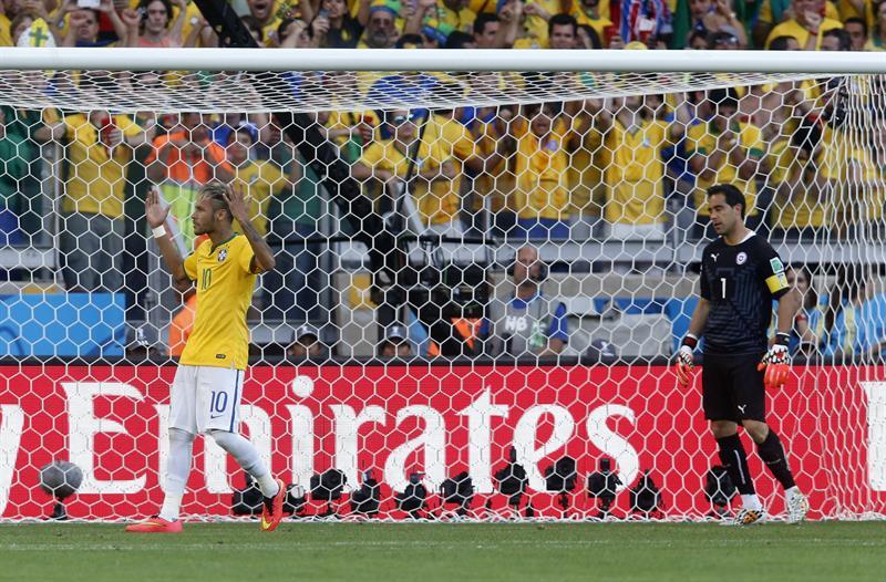El delantero brasileño Neymar (i) celebra su gol en los lanzamientos de penalti durante el partido. Foto: EFE