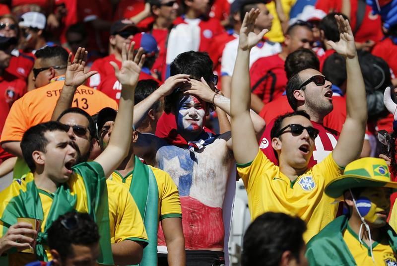 Diversos aficionados antes del partido Brasil-Chile. Foto: EFE