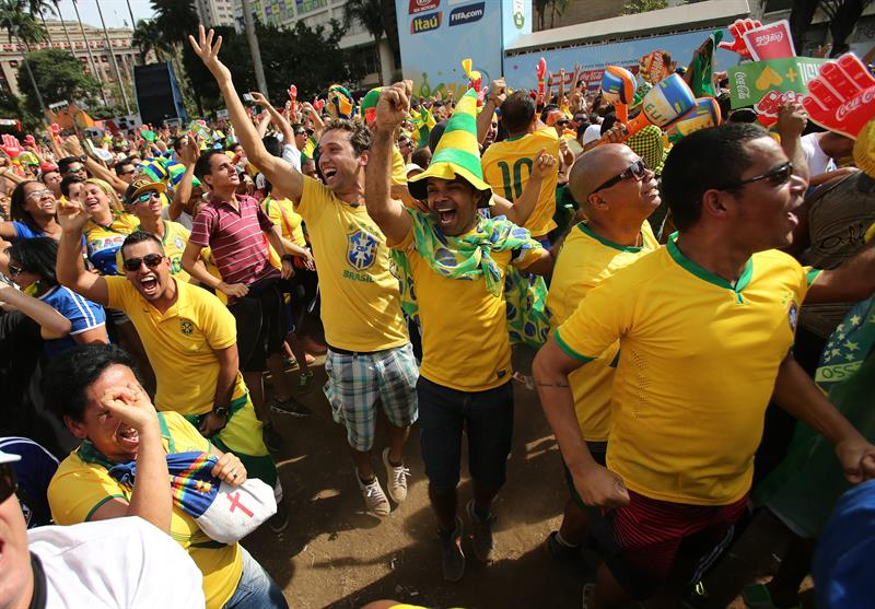 Seguidores de la selección de Brasil celebran un gol ante Chile. Foto: EFE