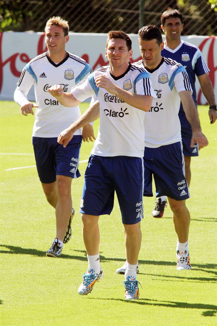 Los jugadores de la selección Argentina Lucas Biglia (i), Lionel Messi (c), y Martín Demichelis (d) . EFE
