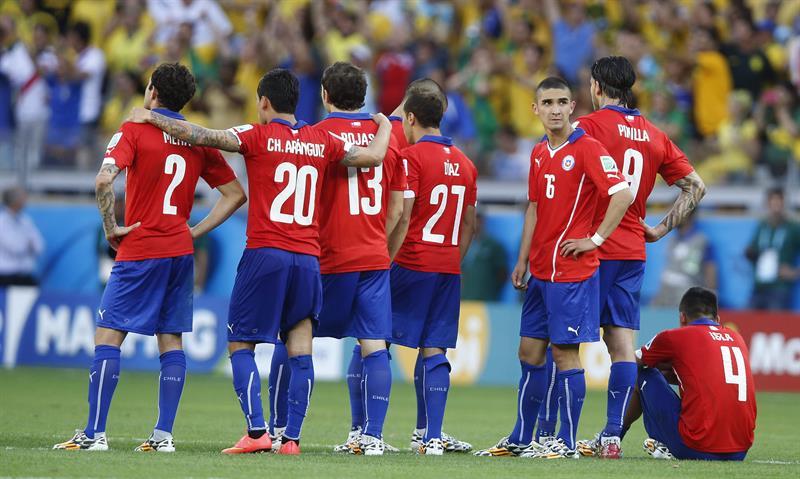Los jugadores de la selección chilena en los lanzamientos de penalti. Foto: EFE