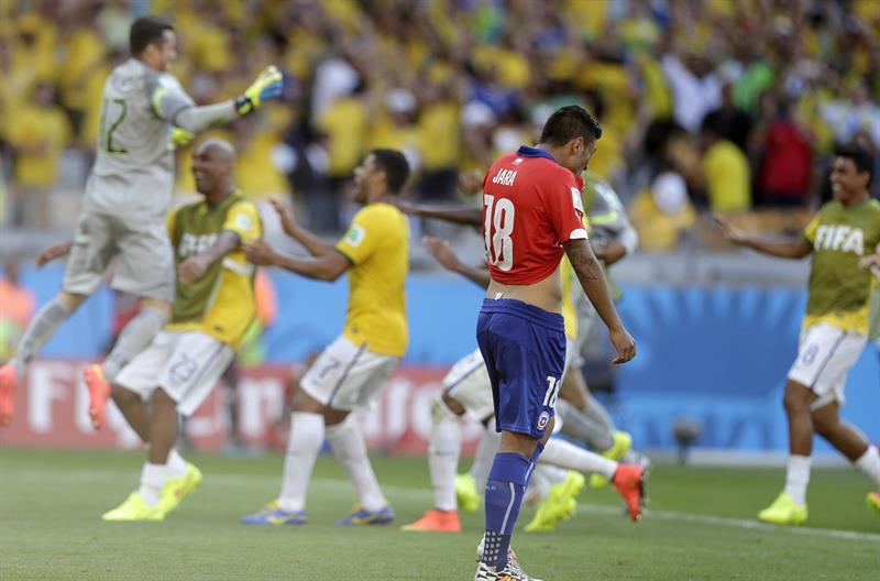 El defensa chileno Gonzalo Jara tras no lograr gol en la tanda de penaltis. Foto: EFE