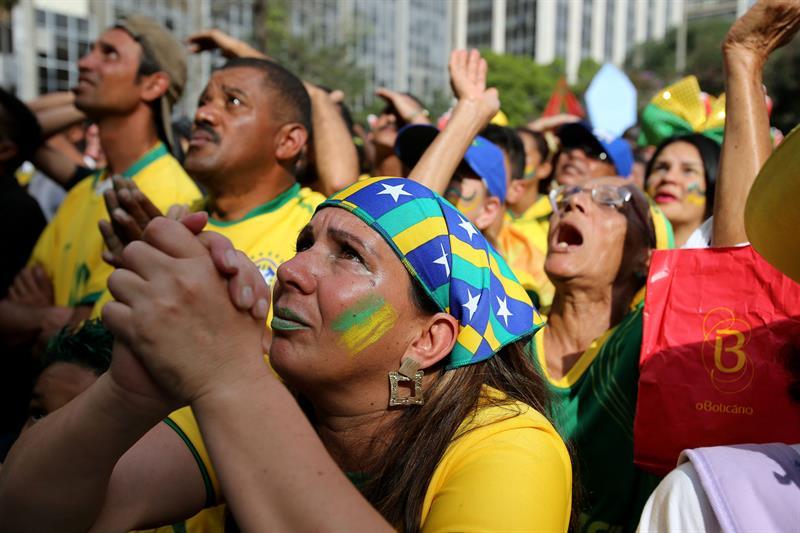 Hinchas de la selección de Brasil reaccionan durante el juego. Foto: EFE