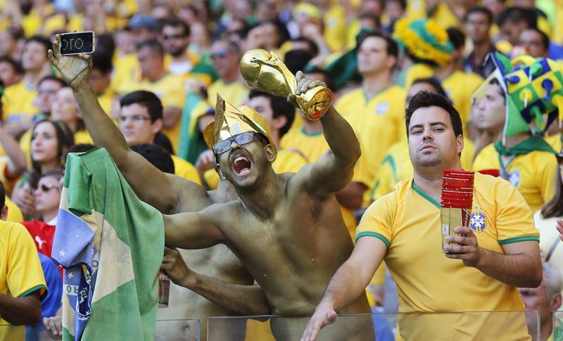 Aficionados brasileños durante el partido Brasil-Chile. Foto: EFE