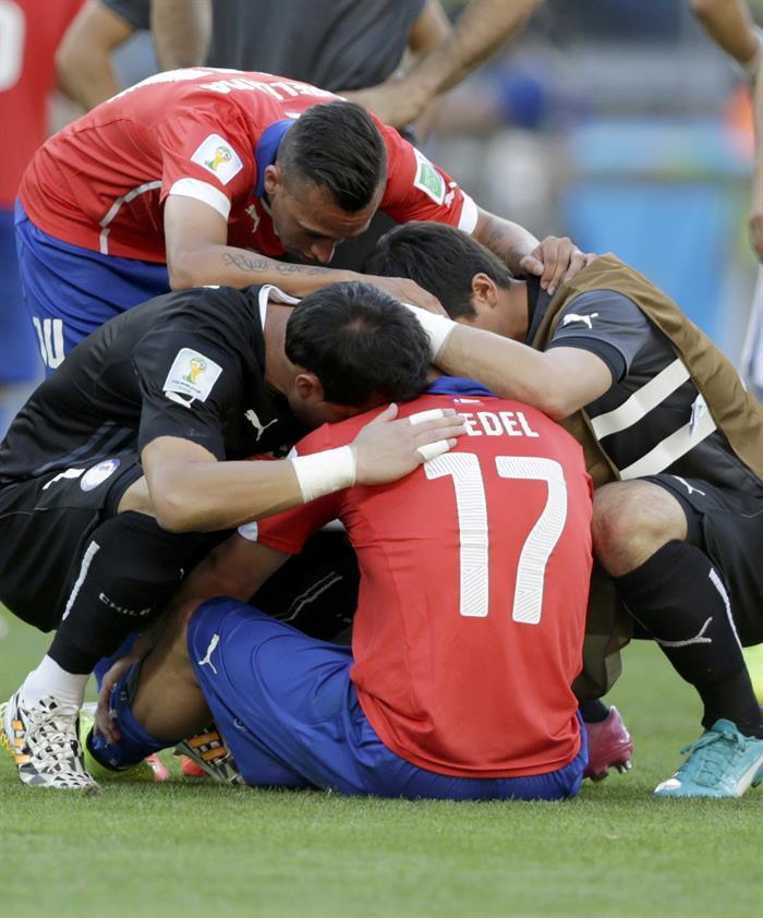Los jugadores de la selección chilena lamentan la derrota ante Brasi. Foto: EFE