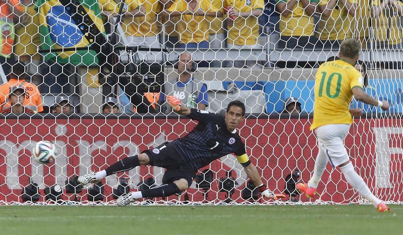 El delantero brasileño Neymar (d) marca su lanzamiento de penalti ante el guardameta chileno Claudio Bravo. Foto: EFE