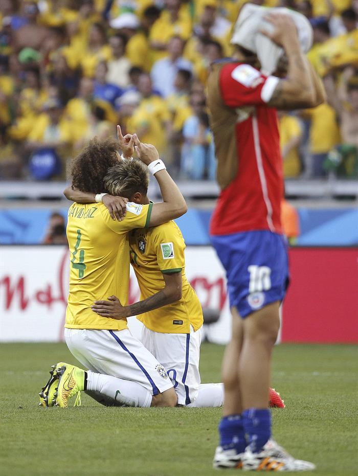 Los jugadores de Brasil David Luiz (i) y Neymar celebran su victoria. Foto: EFE
