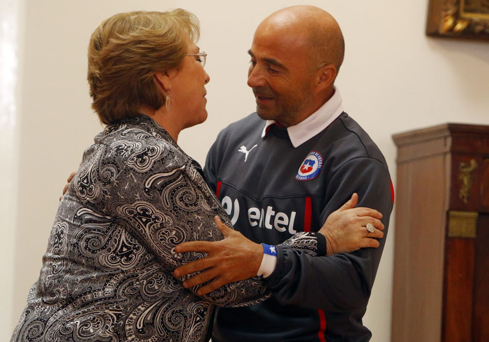La presidenta chilena, Michelle Bachelet (i), saluda al director técnico de la selección chilena de fútbol, el argentino Jorge Sampaoli (d). Foto: EFE