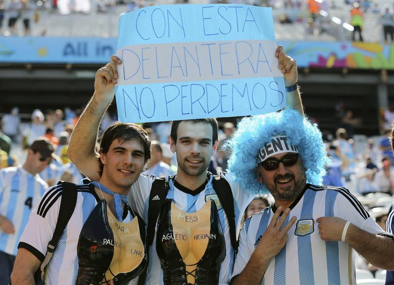Fanáticos en el juego por octavos de final del Mundial de Brasil 2014, entre Argentina-Suiza en Sao Paulo. EFE