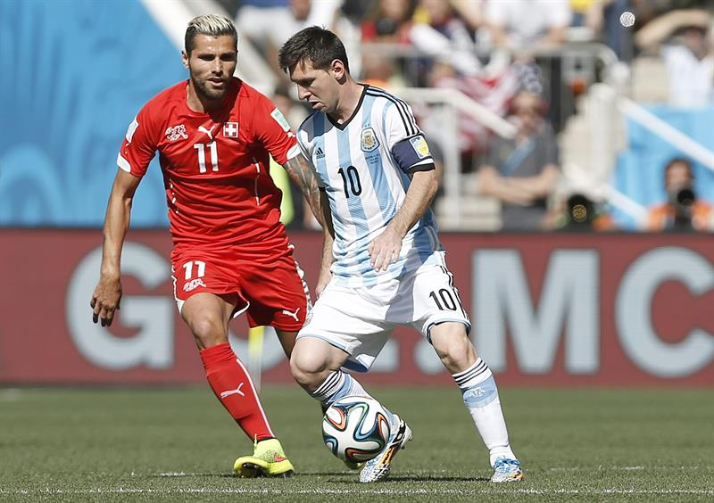 Lionel Messi of Argentina (R) and Valon Behrami of Switzerland in action during the FIFA World Cup 2014. EFE